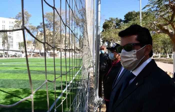 وزير الشباب والرياضة يتفقد الملعب بحديقة الطفل