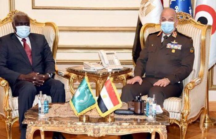 وزير الدفاع يلتقي رئيس مفوضية الاتحاد الأفريقي لبحث التعاون المشترك