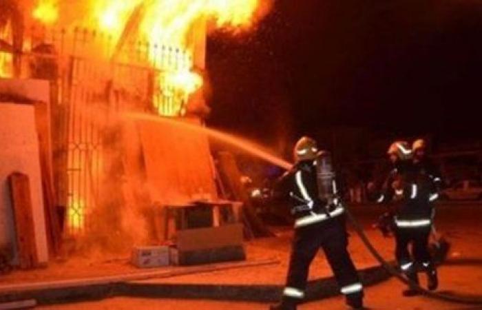 للوقوف على سبب الحريق.. الأدلة الجنائية تعاين حريق مصنع أبو النمرس