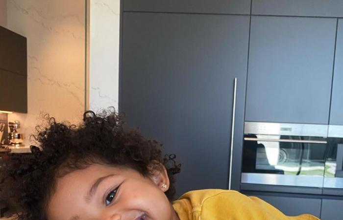 """كايلي جينر تحتفل بعيد ميلاد ابنتها """"ستورمى"""" الثالث بمجموعة صور ورسالة حب"""