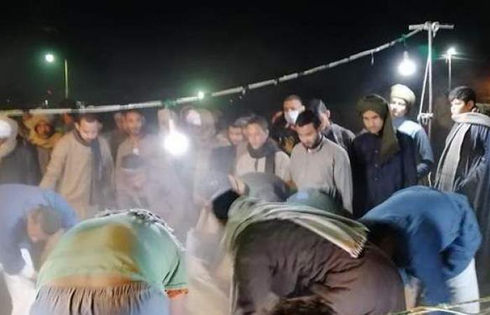 لحظة دفن جثمان المخرج محمد عبد النبي بمقابر العائلة بالمحروسة   فيديو وصور