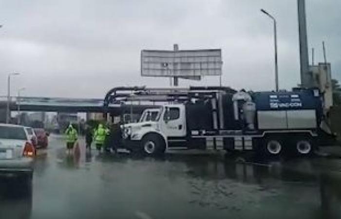 الدفع بـ6 سيارات لشفط مياه نتيجة لكسر ماسورة كبيرة الحجم أعلى المحور المركزى