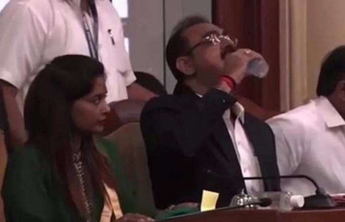 فيديو.. مسؤول هندي يشرب معقم اليدين بالخطأ !