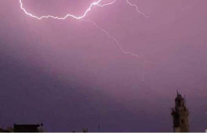 أمطار رعدية وسيول تضرب جنوب سيناء.. وغلق طريق وادي فيران - سانت كاترين | فيديو