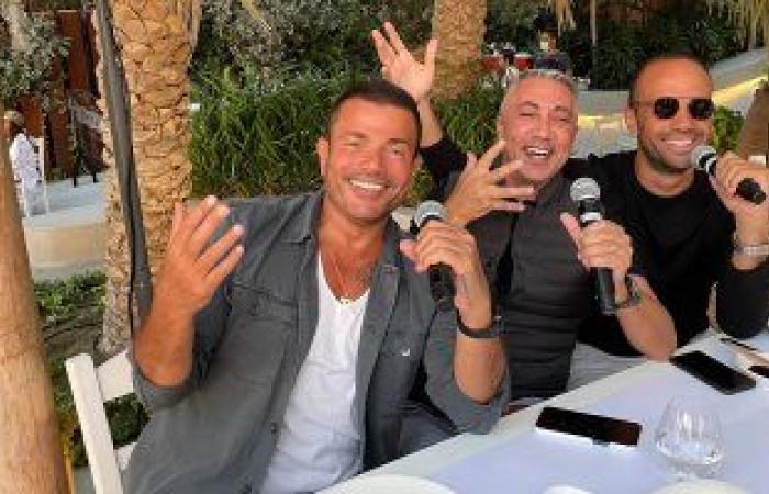 no music no problem.. عمرو دياب يستمتع بالغناء مع أصدقائه فى دبى.. صور