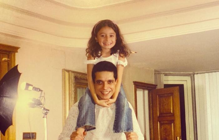 زينة عامر منيب تكشف عن صورة قديمة مع والدها الراحل فى فترة طفولتها