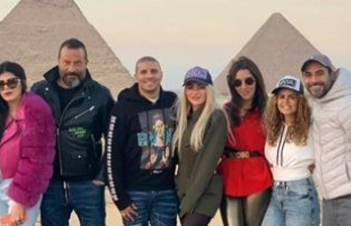 محمد زيدان وماجد المصرى وزوجاتهما مع أصدقائهم فى رحلة عائلية بالأهرامات.. صور