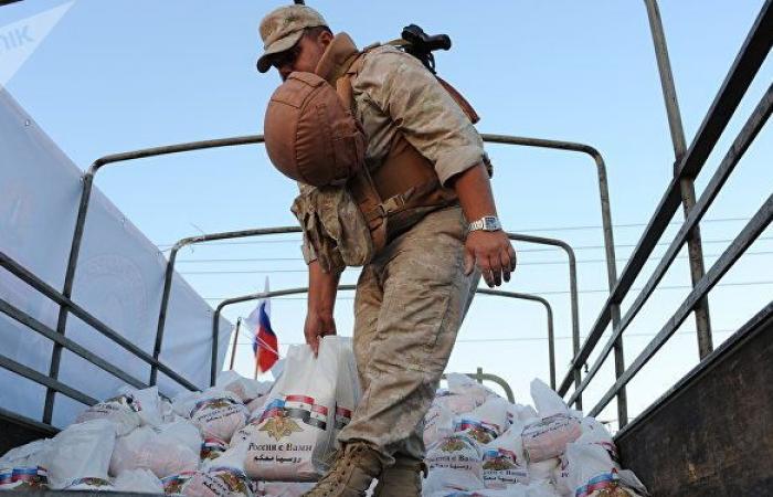 العسكريون الروس يوزعون مساعدات إنسانية في حلب