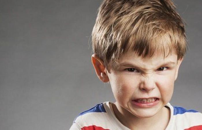 صفي ذهن طفلك قبل النوم.. خطوات تمنعه من الجز على الأسنان