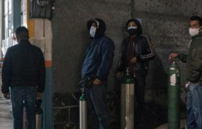 صحيفة: أهالى ضحايا كورونا بالمكسيك يقايضون سياراتهم بأسطوانات الأكسجين