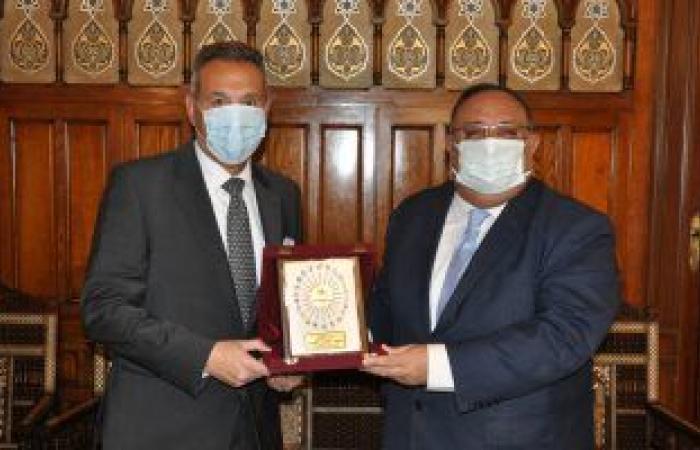 رئيس جامعة حلوان يبحث مع بنك مصر دعم تطوير مستشفى بدر الجامعى