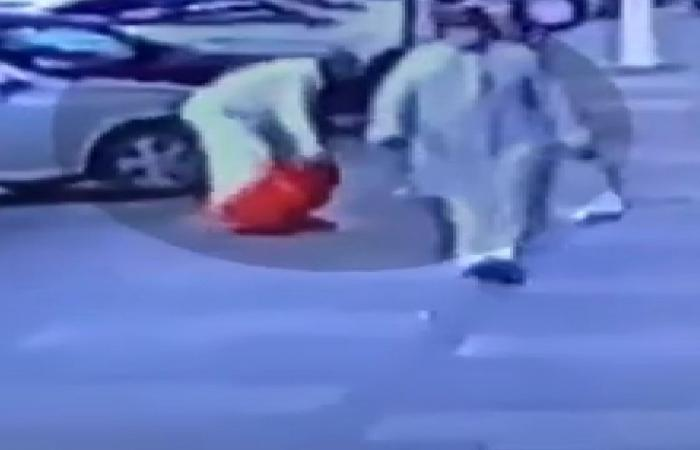 بالفيديو.. مواطن يضع أسطوانة غاز بحجرة صراف آلي.. وشرطة الرياض تتدخل