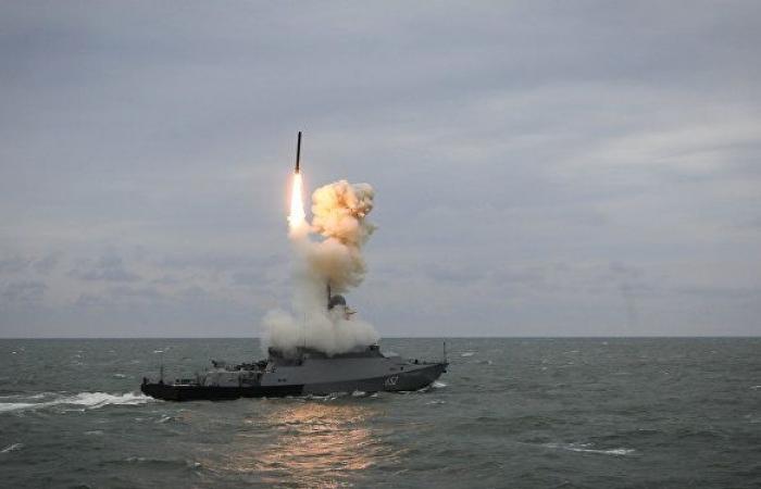 """قطعة بحرية روسية متسلحة بصواريخ """"كاليبر"""" تنفذ رماية في البحر المتوسط"""