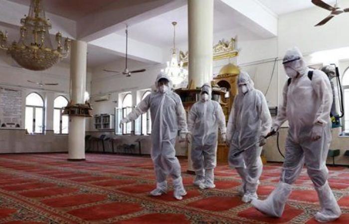 دولة عربية تغلق 8 مساجد اليوم بسبب كورونا