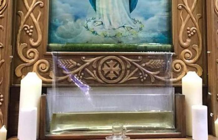 لحظة نزول الزيت من صورة السيدة مريم بكنيسة الأنبا بيشوي في بورسعيد | صور