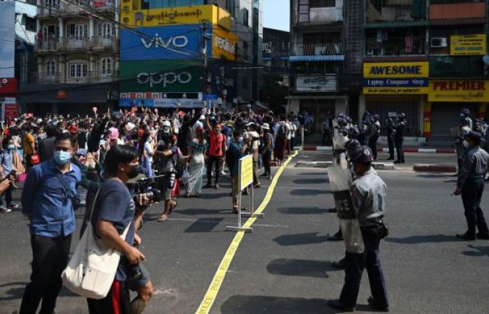 شرطة ميانمار تفرق مظاهرة طلابية خرجت ردا على الانقلاب العسكري... فيديو وصور