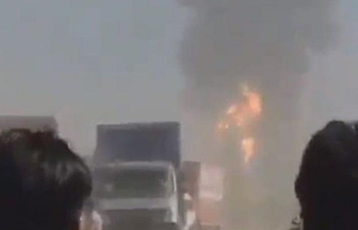 حريق هائل يلتهم عشرات الشاحنات على الحدود الإيرانية الأفغانية.. فيديو