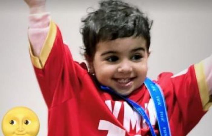ابنة أيمن أشرف يحتفل بالميدالية البرونزية بقميص والدها.. صور
