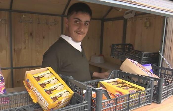 فلسطيني ضرير يتغلب على إعاقته ويفتتح كشكا لبيع المنتجات...فيديو وصور
