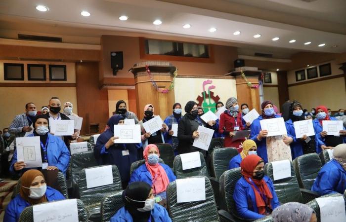 وزير القوى العاملة يسلم وثائق تأمين على الحياة لـ 150 عاملا غير منتظم بالقليوبية