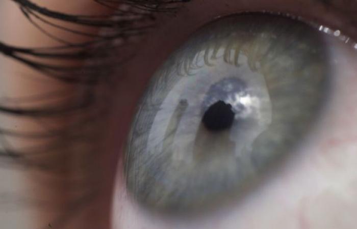 الحذر من تلف مدى الحياة... إصابة رجل بقطع في قرنية العين بسبب الكمامة