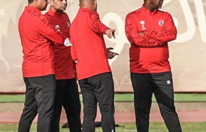 موسيمانى يراجع خطط مباراة المريخ فى محاضرة بالفيديو مع لاعبي الأهلي