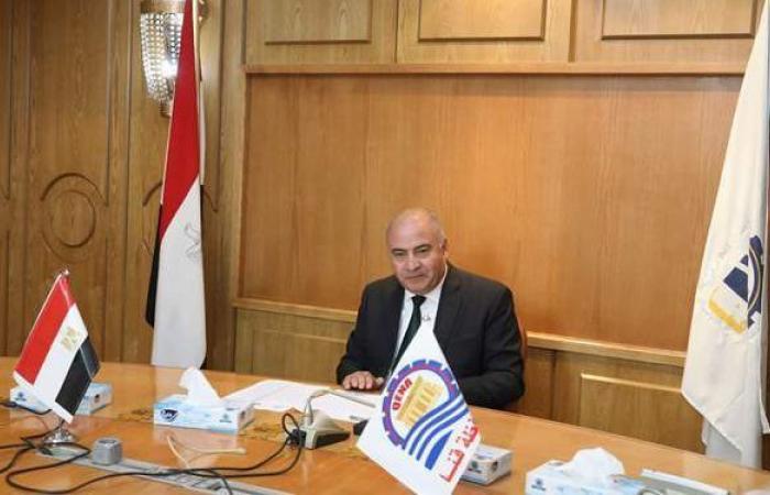 محافظ قنا يعقد اجتماعا مع اللجنة العليا لمواقف سيارات الأجرة