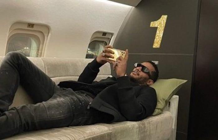 محمد رمضان يشارك جمهوره صورة من طائرته الخاصة