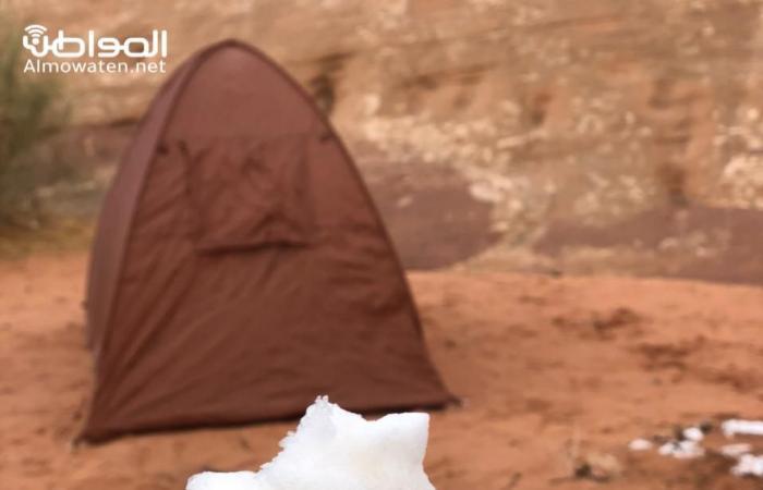 فيديو وصور..ثلوج تبوك تغري السياح بصناعة الدمى وأدوات الضيافة