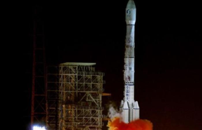 """الصين تصنع صاروخا """"ثقيلا وهائلا"""" لنقل محطة فضاء إلى مدار الأرض... صور وفيديو"""
