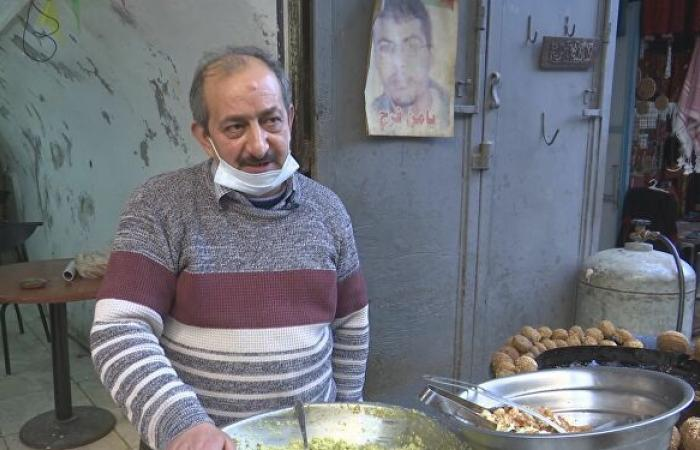 سمير الشخشير بائع فلافل في نابلس منذ عشرات السنين ما زال يصنعها بمذاقها وسرها الخاص