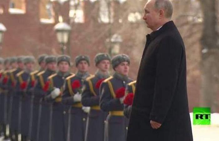 """بوتين يزور ضريح """"الجندي المجهول"""" في """"عيد حماة الوطن"""""""