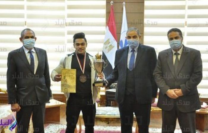 جامعة كفر الشيخ تكرم طالبًا لفوزه بالميدالية الفضية في بطولة كمال الأجسام.. صور