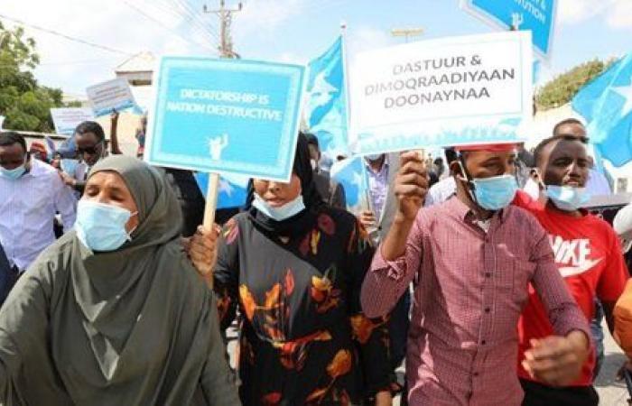 حرب أهلية على الأبواب.. هجوم انتحاري في العاصمة الصومالية ودعوات للتظاهر أمام قصر الرئاسة