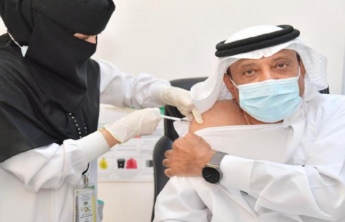 بالصور.. محافظ صامطة يفتتح مركز لقاحات كورونا بالمستشفى العام