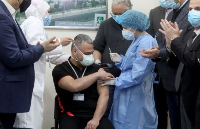 """بعد ضجة كبيرة في لبنان... وزير الصحة يعلق على أزمة """"تلقيح النواب"""""""