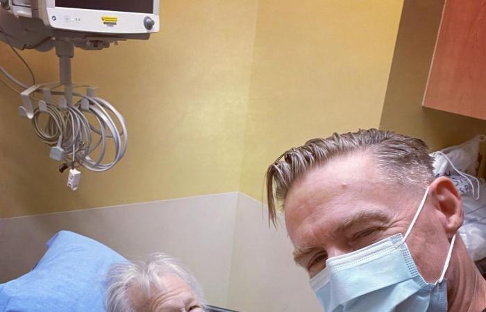 براين آدمز فى صورة سيلفى مع والدته المريضة بإحدى المستشفيات الكندية