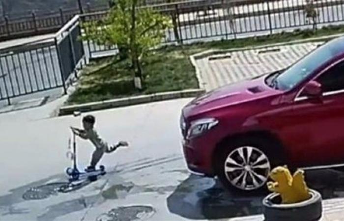 فيديو مرعب.. نجاة طفل من الموت المحقق على طريق سريع .. شاهد