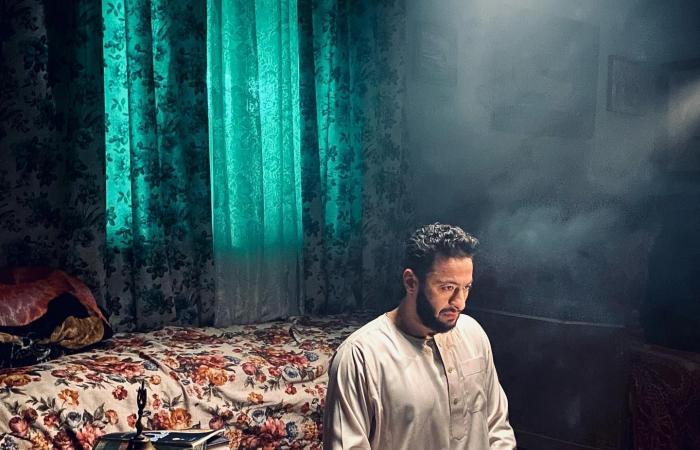 """حمادة هلال على سجادة الصلاة فى صورة جديدة من كواليس مسلسل """"المداح"""""""