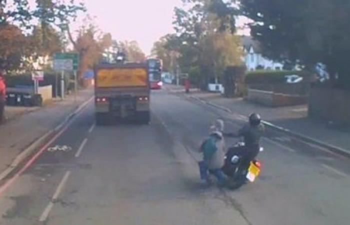 تصادم رجل بدراجة نارية مع سيارة نقل على الطريق السريع | فيديو