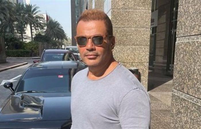 عمرو دياب يتألق في أحدث ظهور والجمهور: بتصغر ولا بتكبر