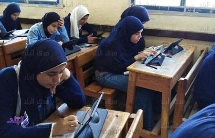 طلاب اولى ثانوي يختتمون امتحاناتهم الإلكترونية بـ التاريخ والكيمياء