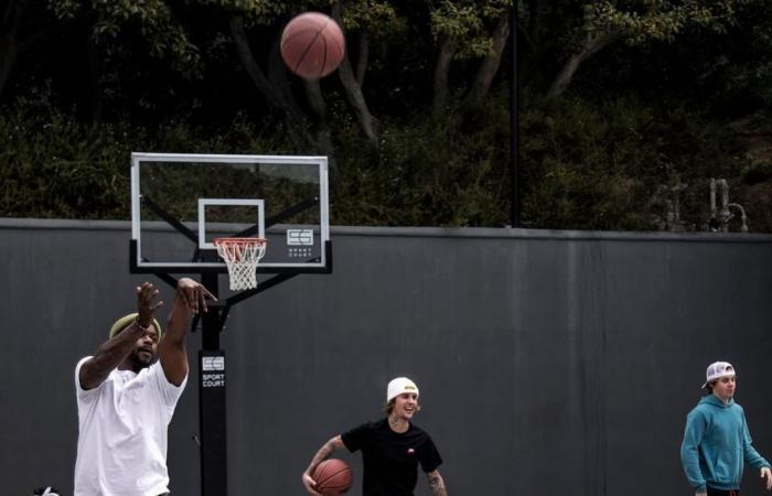 جاستين بيبر يستغل أوقات فراغه فى لعب كرة السلة مع أصدقائه.. صور