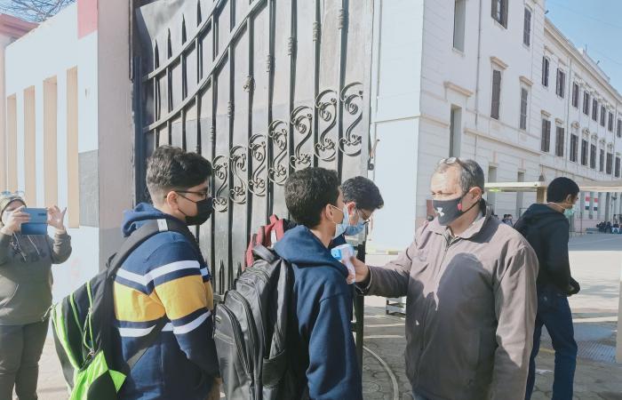 إجراءات وقائية لطلاب الأول الثانوى أثناء دخول امتحانى التاريخ والكيمياء.. صور