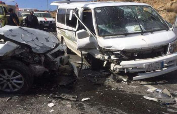 مصرع وإصابة 6 أشخاص بحادث تصادم سيارتين بطريق أسيوط الغربي