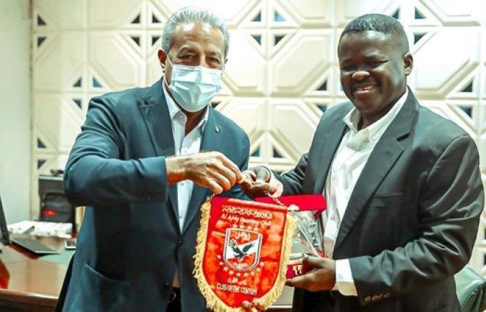 الأهلي يُهدي درع النادي لإدارة المريخ السوداني