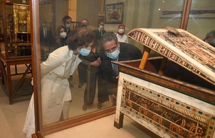 خالد العنانى يوثق استقباله لمدير عام منظمة اليونسكو من المتحف المصرى.. صور