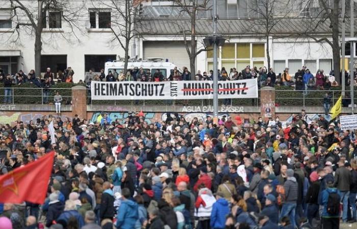 الآلاف يحتجون على قيود فيروس كورونا في شتوتجارت الألمانية