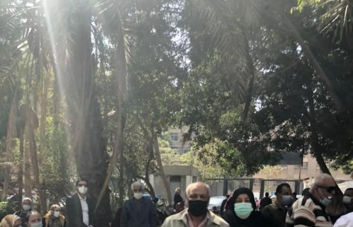 بالصور.. ازدحام المواطنين اثناء تلقيهم تطعيم ضد كورونا بالمركز الطبي بصقر قريش!!