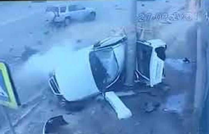 بالفيديو.. حادث مروع يشطر سيارة إلى نصفين في روسيا